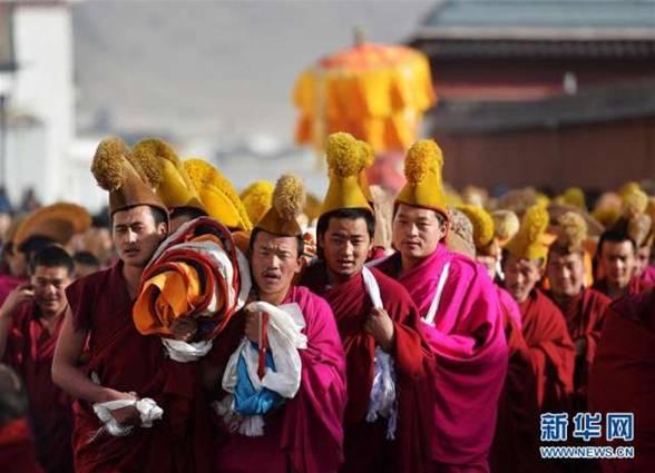 甘肃拉卜楞寺举行正月晒佛法会